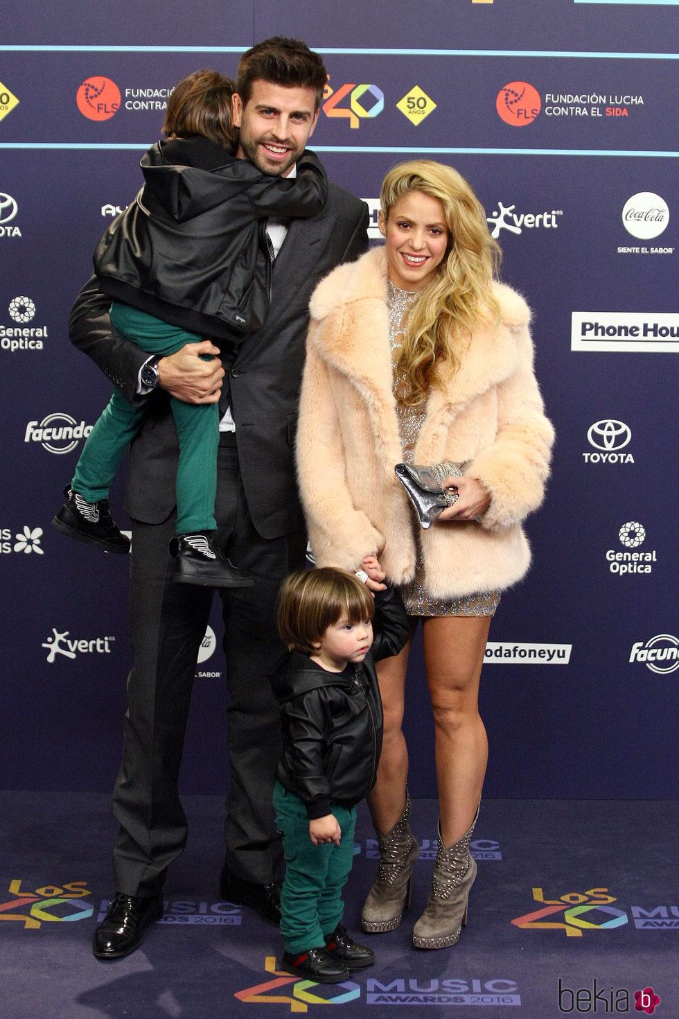 Gerard Piqué y Shakira con sus hijos Milan y Sasha en Los40 Music Awards 2016
