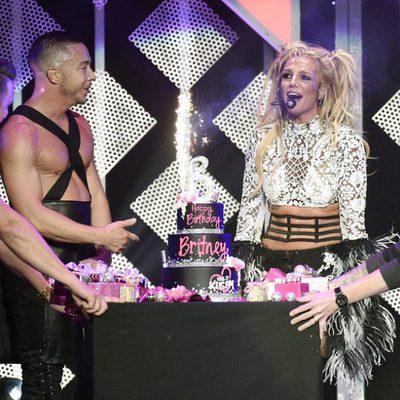 Britney Spears celebra su 35 cumpleaños sobre el escenario