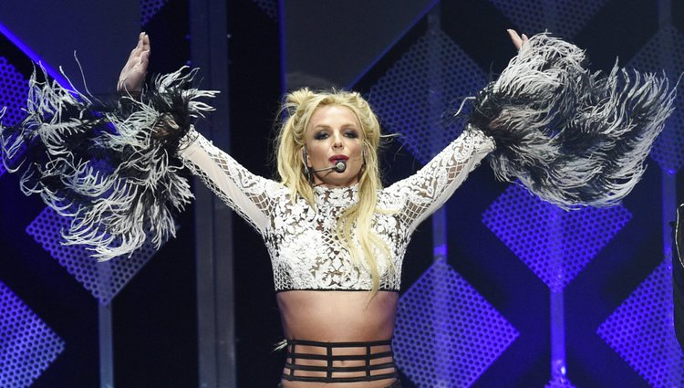 Britney Spears cantando en Jingle Ball 2016