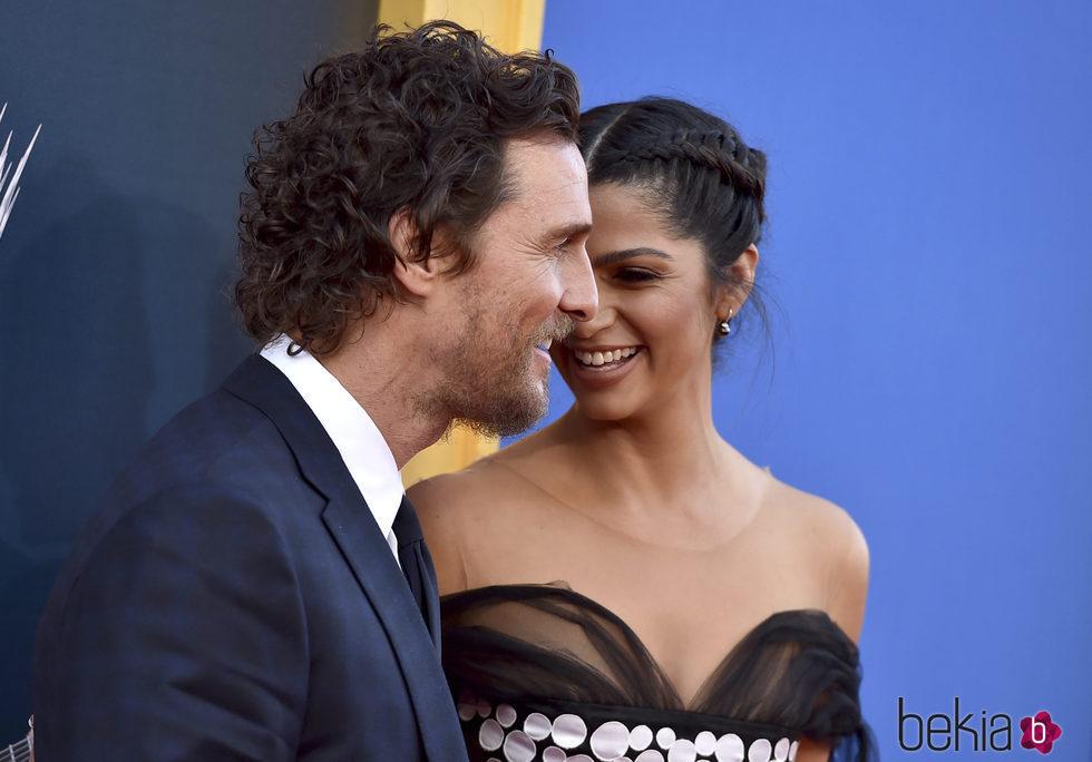 Matthew McConaughey y Camila Alves muy cómplices en la premiere de 'Sing'