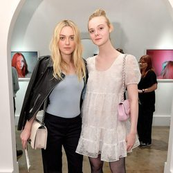 Dakota y Elle Fanning en un galería fotográfica
