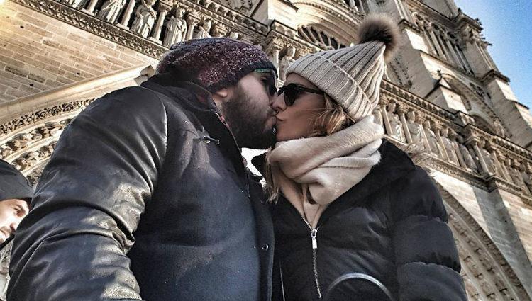 Kiko Rivera e Irene Rosales besándose a los pies de Notre Dame