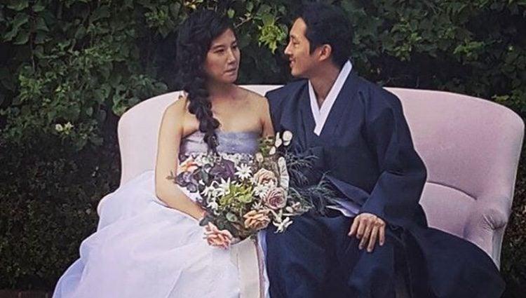 Steven Yeun junto a su mujer Joana Pak el día de su boda