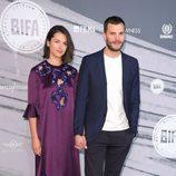 Jamie Dornan y Amelia Warner posando en los Premios del Cine Independiente Británico 2016