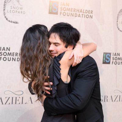 Ian Somerhalder abraza a Nikki Reed en la gala de la fundación del actor