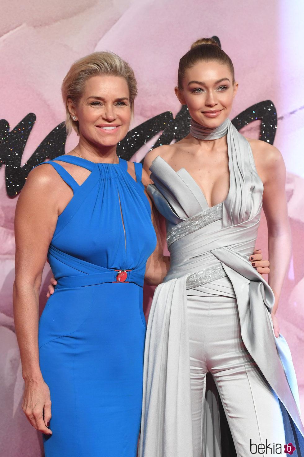 Yolanda y Gigi Hadid en los British Fashion Awards 2016