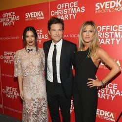 Jason Bateman, Olivia Munn y Jennifer Aniston en la proyección de 'Office Christmas Party'