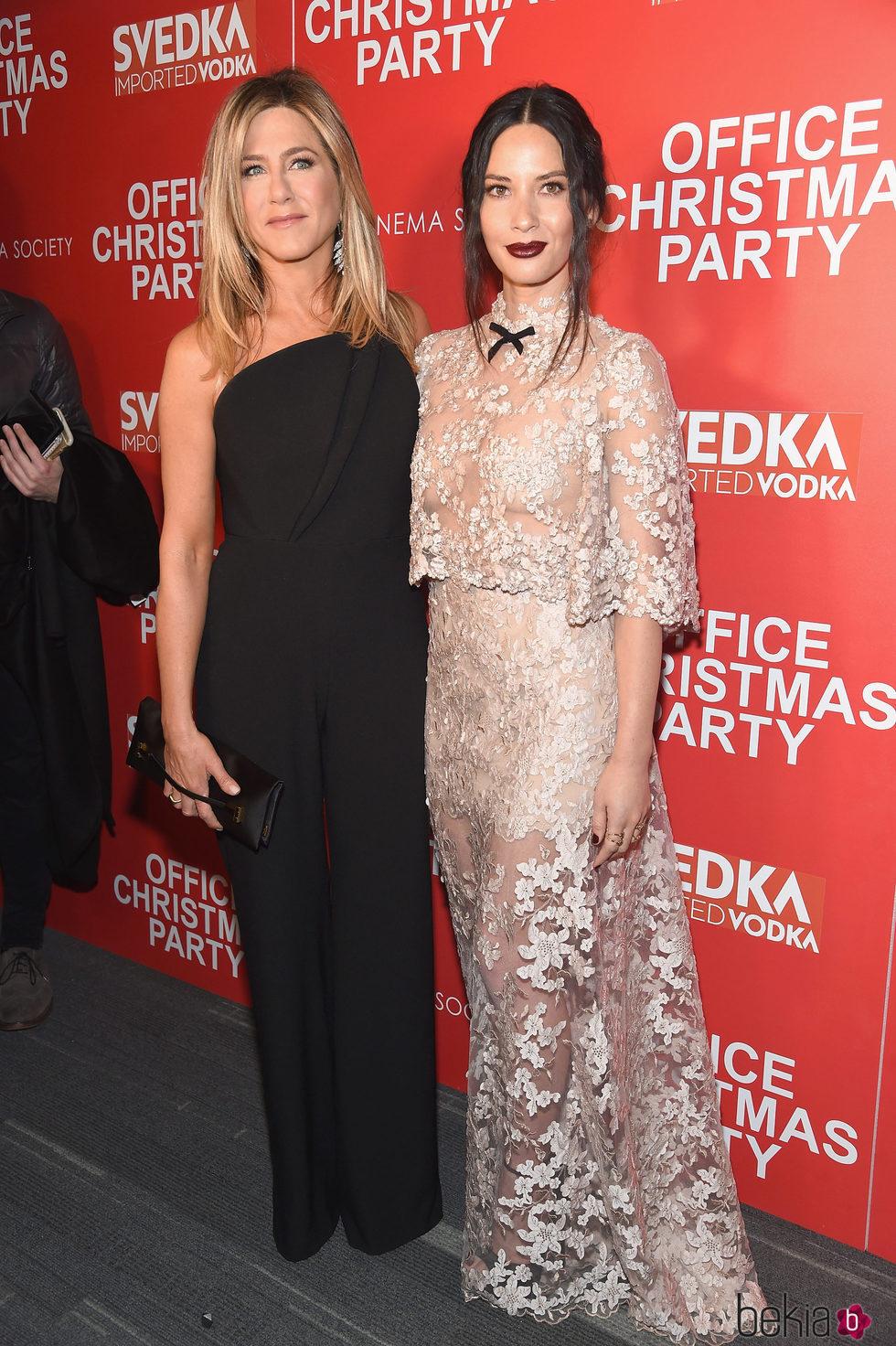 Olivia Munn y Jennifer Aniston en la proyección de 'Office Christmas Party'