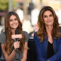 Cindy Crowford y su hija Kaia Gerber concediendo una entrevista