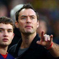 Jude Law y su hijo mayor Raff Law viendo un partido de fútbol