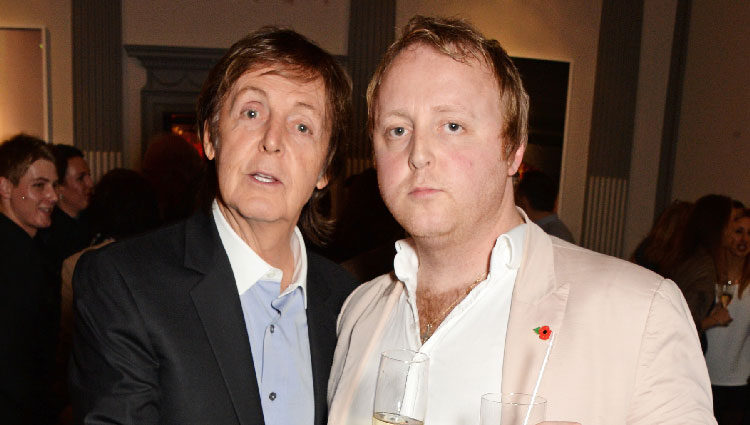 El cantante Paul McCartney junto a su hijo James en un evento