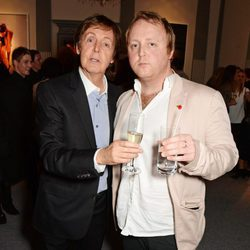 El cantante Paul McCartney junto a su hijo James en un evento