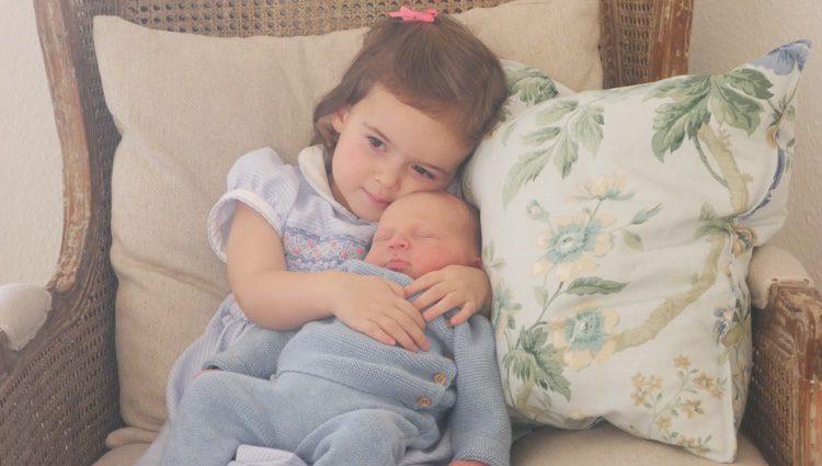 Primera imagen de Liam de Luxemburgo con su hermana Amalia