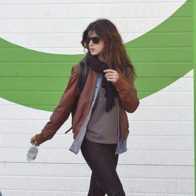 Clara Lago paseando por Málaga en su escapada solidaria
