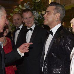 El Príncipe Carlos bromea con Robbie Williams en la Royal Variety Performance 2016