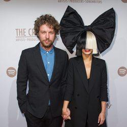 Erik Anders Lang y Sia en la fiesta pre-Grammy de Spotify