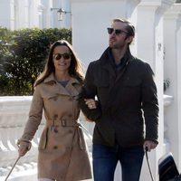 Pippa Middleton y James Matthews pasean por Londres con sus perros