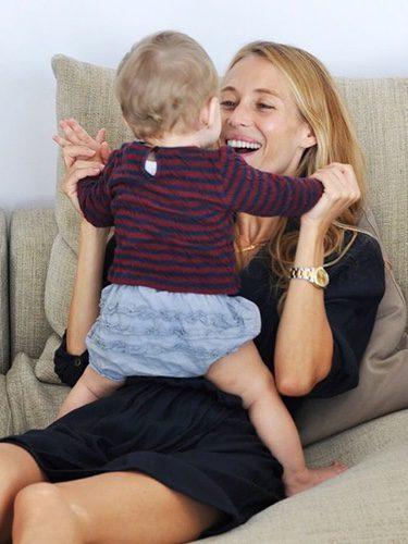 Vanesa Lorenzo jugando con su hija María Puyol
