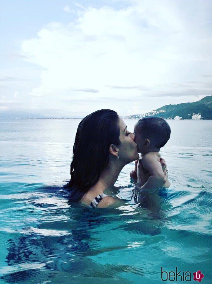 Jaydy michel besando a su hijo leonardo durante un ba o en for Fotos follando en la piscina