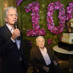 Michael Douglas le dedica un discurso a su padre en su 100 cumpleaños