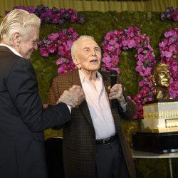 Kirk Douglas dedica unas palabras a sus invitados en la celebración de su 100 cumpleaños