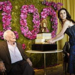 Catherine Zeta-Jones coloca las velas en la tarda de Kirk Douglas