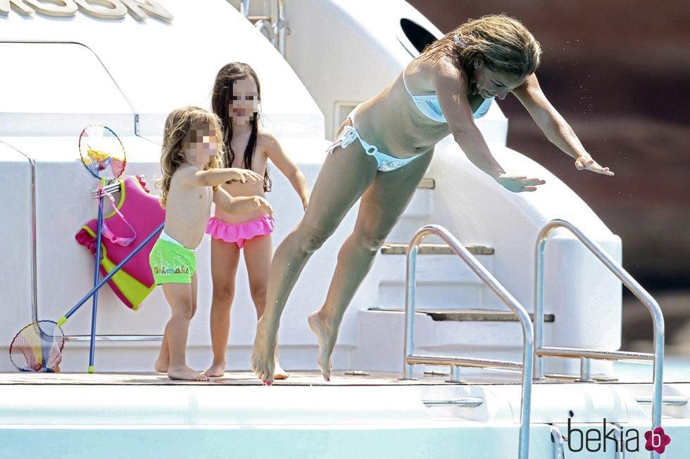 Arantxa Sánchez Vicario junto a sus hijos de vacaciones