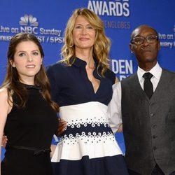 Anna Kendrick, Laura Dern y Don Cheadle anunciando los nominados a los Globos de Oro 2017