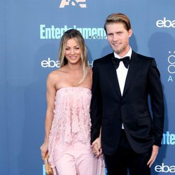 Kaley Cuoco y Karl Cook en los Annual Critics' Choice Awards