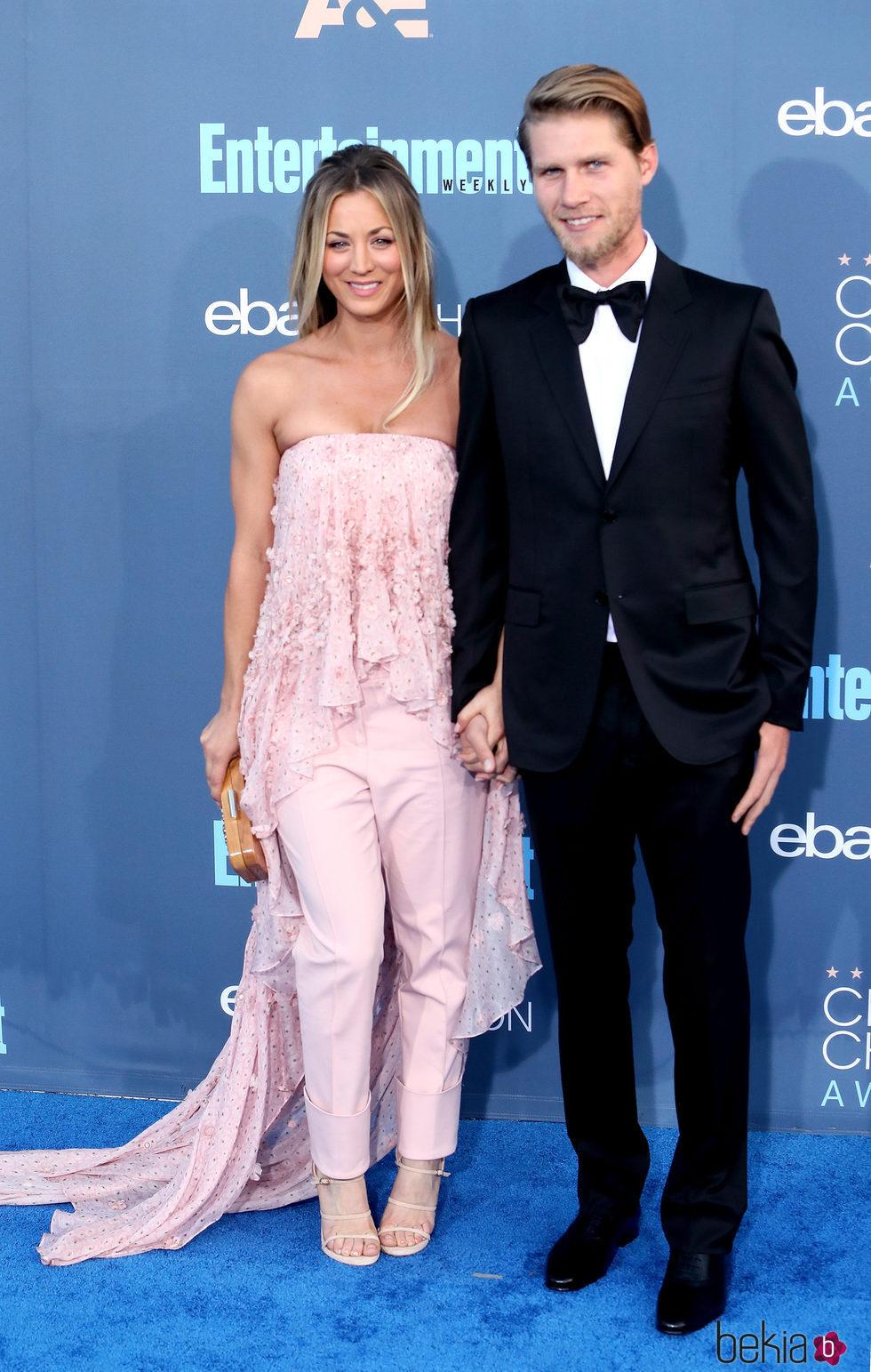 Kaley Cuoco y Karl Cook en los Annual Critics' Choice Awards