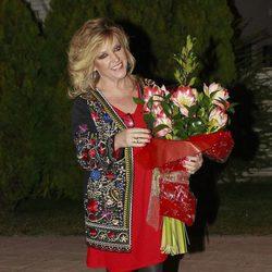 Lydia Lozano con un ramo de flores que le regalaron sus compañeros de 'Sálvame' por su 56 cumpleaños