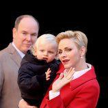 Los Príncipes Alberto y Charlene con su hijo el Príncipe Jacques en la fiesta infantil de Navidad 2016