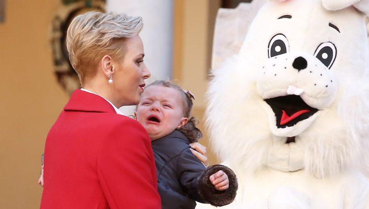 Gabriella de Mónaco llorando en brazos de la Princesa Charlene en la fiesta infantil de Navidad 2016