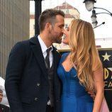 Ryan Reynolds besando a Blake Lively al recibir la estrella del Paseo de la Fama de Hollywood