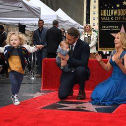 Blake Lively mirando cómo juega James mientras Ryan Reynolds se encarga de su otra hija