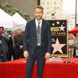 Ryan Reynolds junto a su estrella del Paseo de la Fama de Hollywood