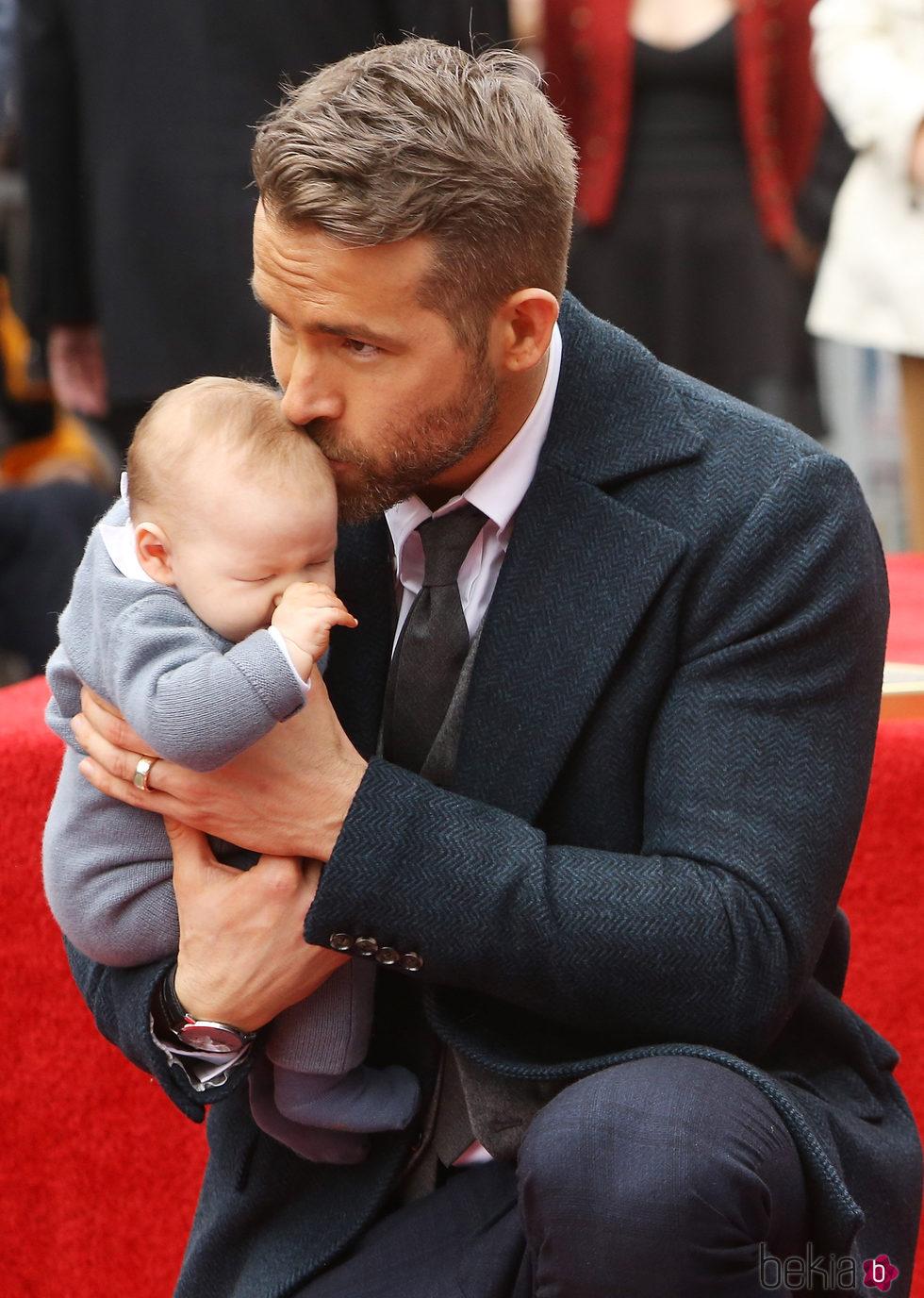 Ryan Reynolds con su hija pequeña recibiendo la estrella del Paseo de la Fama de Hollywood