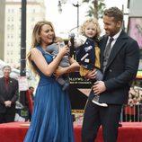 Ryan Reynolds recibiendo la estrella del Paseo de la Fama de Hollywood con Blake Lively y sus hijas