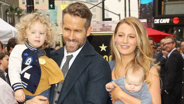Ryan Reynolds y Blake Lively posan por primera vez junto a sus hijas