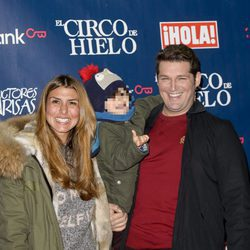 Manu Tenorio y Silvia Casas junto a su hijo en el estreno del Circo del Hielo