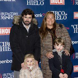 Cari Goyanes y su marido junto a sus hijos en el estreno del Circo del Hielo