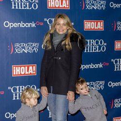 Carla Goyanes y sus dos hijos en el estreno del Circo del Hielo