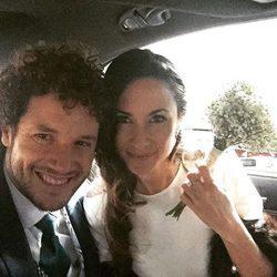 Daniel Diges y Alejandra Ortiz-Echagüe en el coche de novios tras su boda