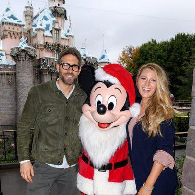 Blake Lively y Ryan Reynolds con Mickey Mouse en el parque Disney de California