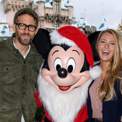 Blake Lively y Ryan Reynolds posando con Mickey Mouse en Disney en California