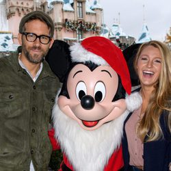 Blake Lively y Ryan Reynolds posando con Mickey Mouse en Disney en California