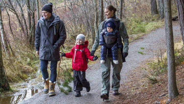 Victoria y Daniel de Suecia de excursión con sus hijos Estela y Oscar en Tyresta