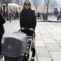 El primer paseo de Carolina Bang con su hija Julia y su perrito