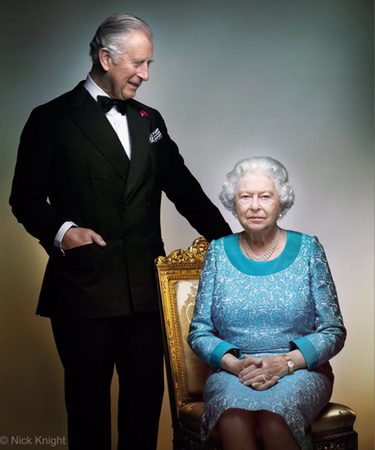 El Príncipe Carlos mira a la Reina Isabel en una imagen conmemorativa de su 90 cumpleaños