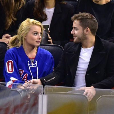 Margot Robbie y Tom Ackerley viendo un partido en Madison Square Garden